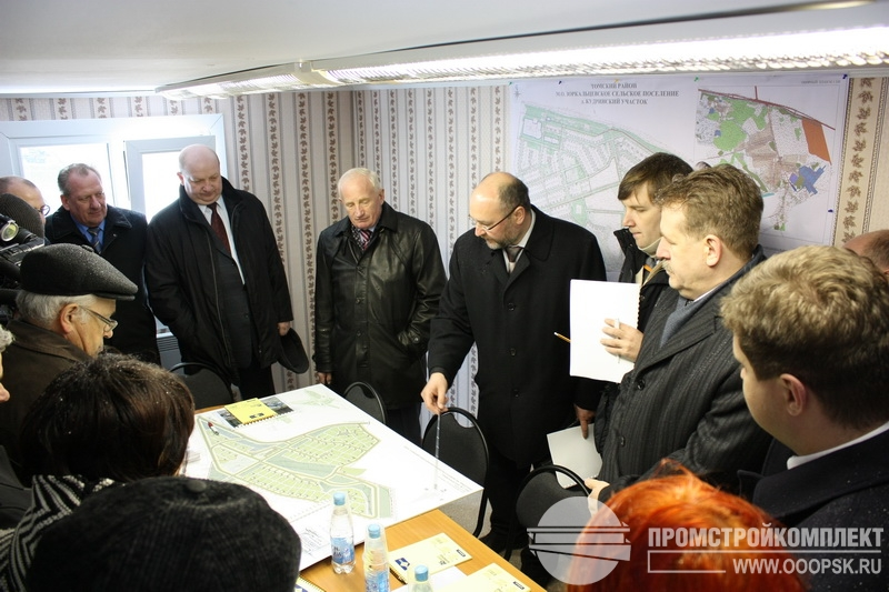 Комиссия чиновников во главе с Губернатором Томской области Виктором Крессом, проводит совещание в вагоне-бытовке производства нашей компании