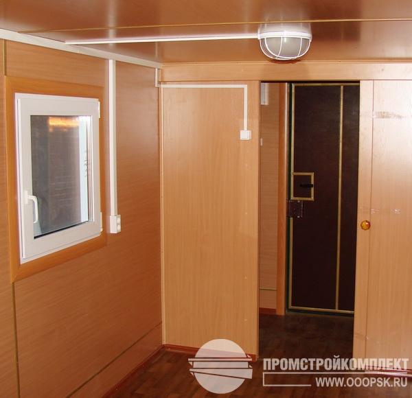 Интерьер вагон-бытовки, сдвижная дверь.